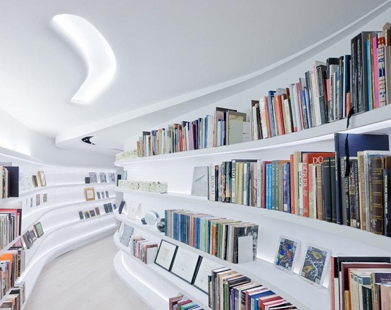 Biblioteczka w korytarzu