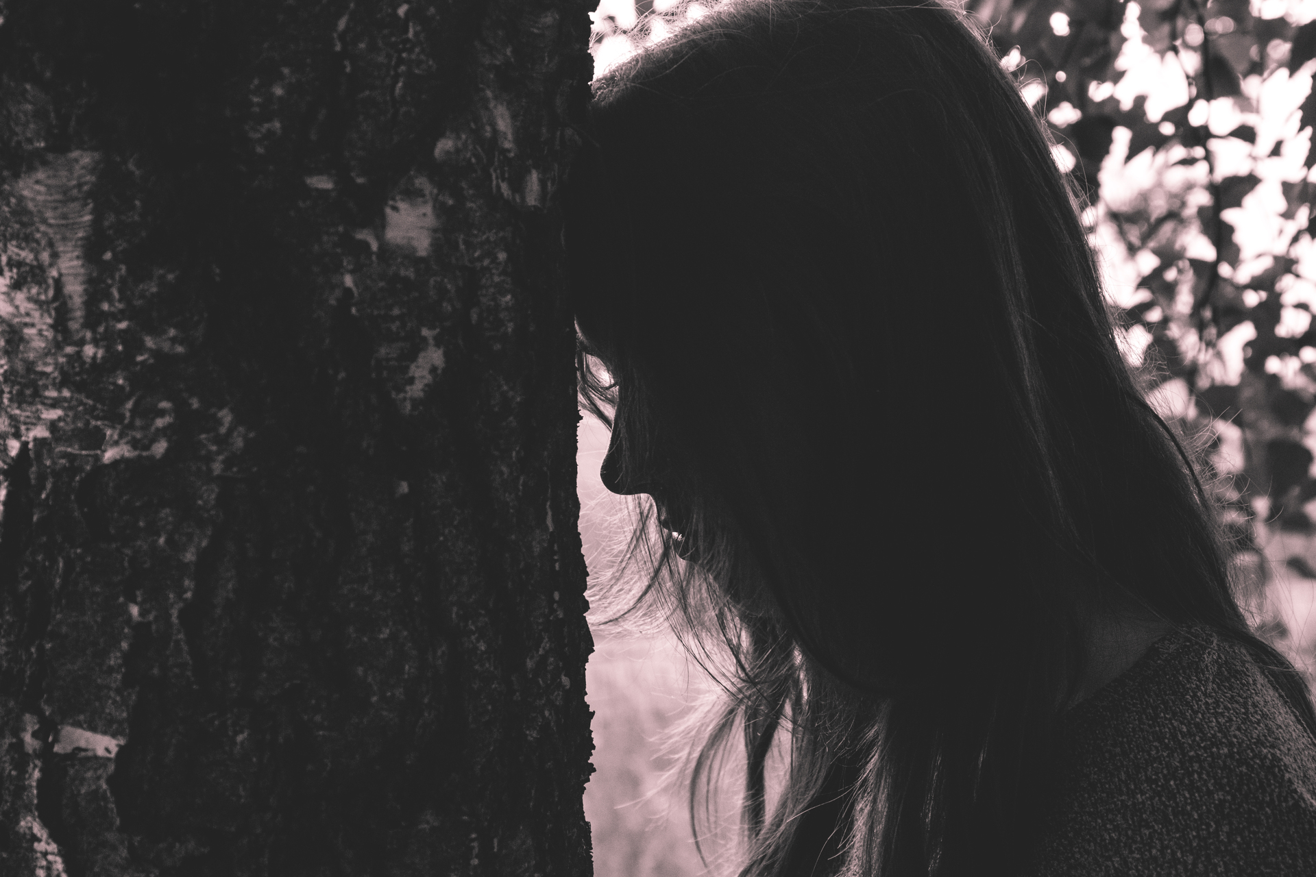 girl_leaning_against_the_tree