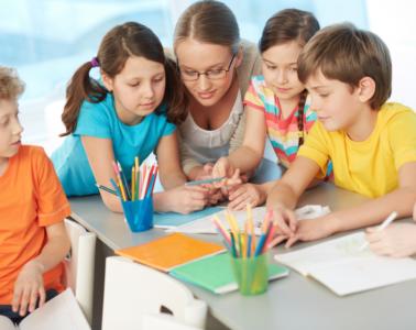 Dzieci Z Nauczycielką W Szkole